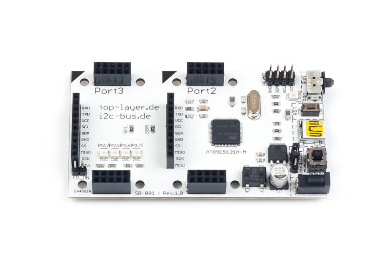 SB-001 ist ein stack2Learn Mikrocontroller Board. Auf diesem Board befindet sich ein Mikrocontroller aus der 8051-Familie. Es handelt sich um den Mikrocontroller AT89C5131A-RDTUM der Firma Microchip. Das Board ist 90 x 51 mm groß und momentan in der Farbe Weiß vorhanden.