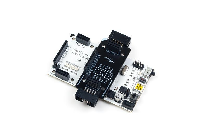 AB-003 ist ein stack2Learn Zusatzmodul. Bei AB-003 handelt es sich um eine Adapterplatine mit Wannenstecker. Das Board ist 30 x 78 mm groß. Und momentan in der Farbe Schwarz vorhanden.