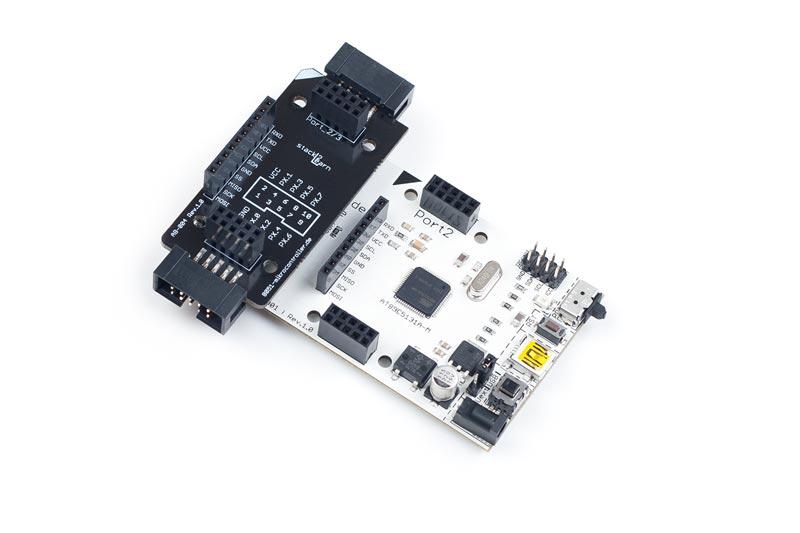 AB-004 ist ein stack2Learn Zusatzmodul. Bei AB-004 handelt es sich um eine Adapterplatine mit Wannenstecker. Das Board ist 30 x 78 mm groß. Und momentan in der Farbe Schwarz vorhanden.