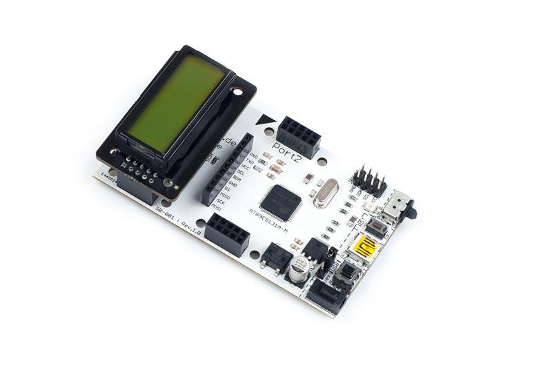 ZB-008 ist ein stack2Learn Zusatzmodul. Auf diesem Board befindet sich ein LCD DIPS082-HNLED der Firma Electronic Assembly. Das Board ist 30 x 51 mm groß, und momentan in der Farbe Schwarz vorhanden.